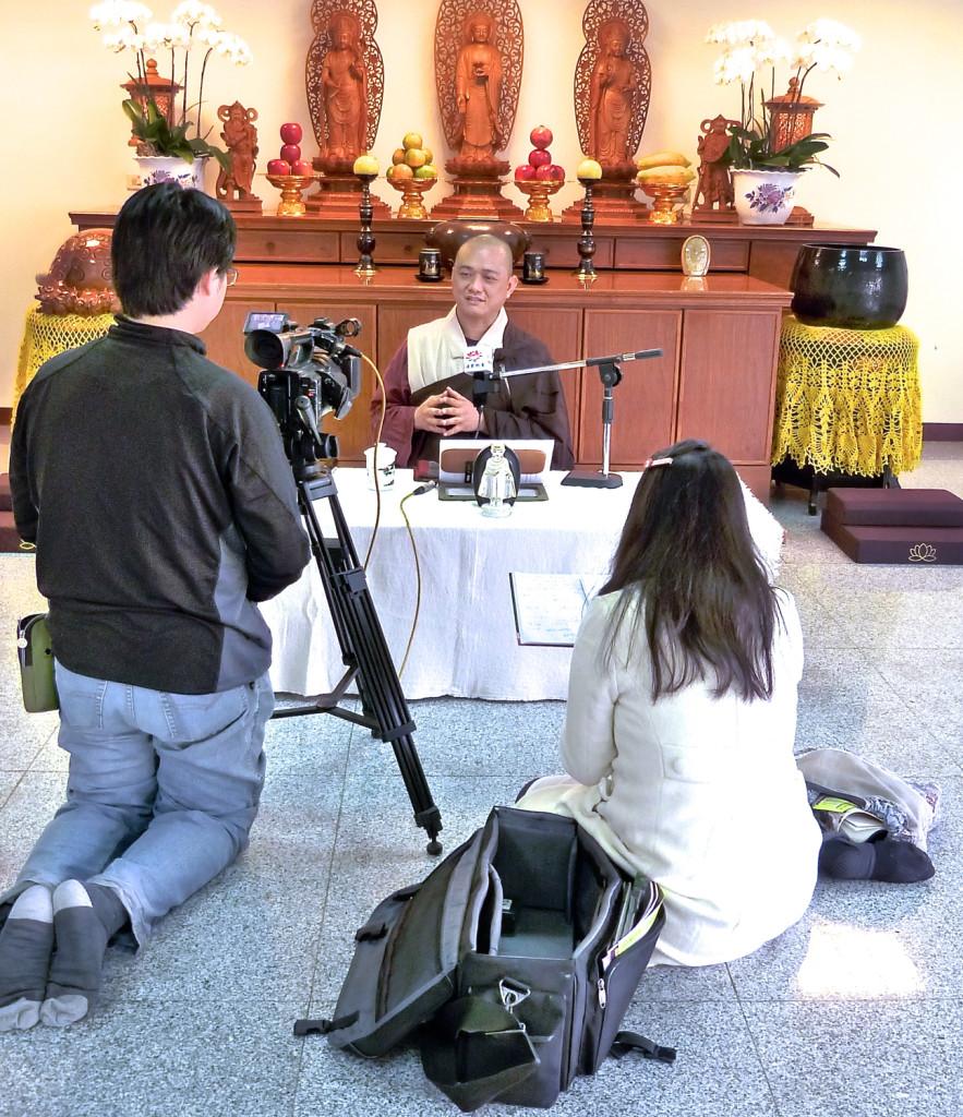 20141205開印法師接受法界衛星電視台採訪。 https://santavana.org/3gems5precepts  皈依三寶為進入佛門的第一步,因此修行學佛前要先受三皈依,也就是「以佛為師」,「以法為藥」,「以僧為友」,藉由三寶的庇護和指引,成就學業、事業和道業,並由外在的三寶作為指導,啟發我們本自具足的自性三寶。  受皈依,是形式上和心性上的議題。受皈依時,在法師的證明之下,以至誠的心懺悔過去的罪惡,並宣誓永遠皈依三寶,皈依後不論在心態、生活、習慣方面,都有善友、諸佛菩薩、護法龍天來協助、加持。