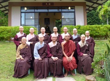 20130821 尼僧往大僧求自恣後,安居僧們於戒壇前合照。
