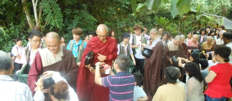 十五位僧眾接受信眾的四資具如素食、乾糧、日用品、文具、藥物等之供養。