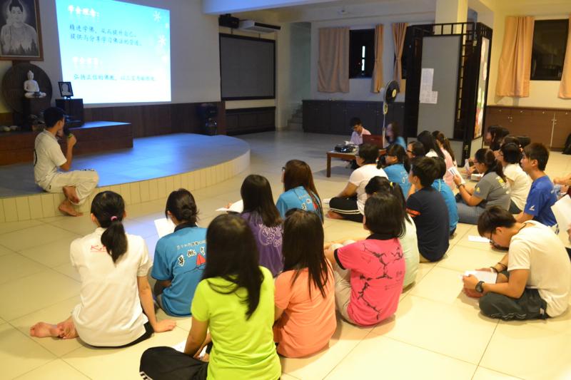 20140228 簡介環節。禾棟同學--第十四届理事主席向同學們講解沙大架構及理念、宗旨目標,以期望理事之間有一致的目標、相同的理念而達成共識。