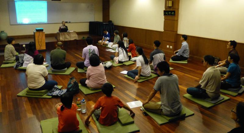 20140301當晚誦慈經之後靜坐約15分鐘,法師以實踐佛法爲主題,舉《法句經》偈頌1、2、19及20和分享一段影片。
