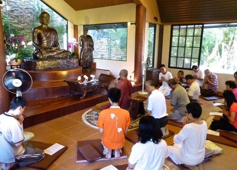 20140302早上九時,泉平長老帶領大家於大禪堂佛像前誦經。