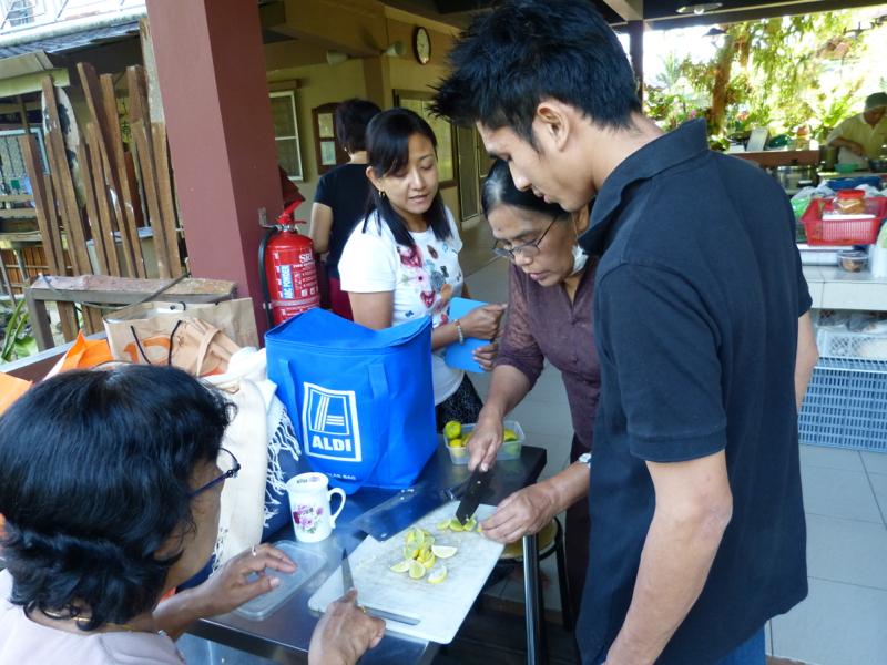 20140302不定時來煮緬甸佳餚的緬甸籍沙巴大學教授。