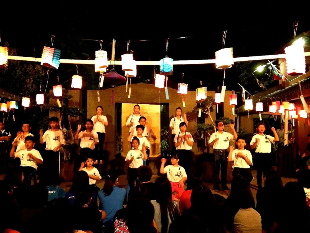 20140913今晚晚會主題手語歌「月亮一定圓」由兒童班孩子呈獻。他們也續而演唱「點燈的孩子」。