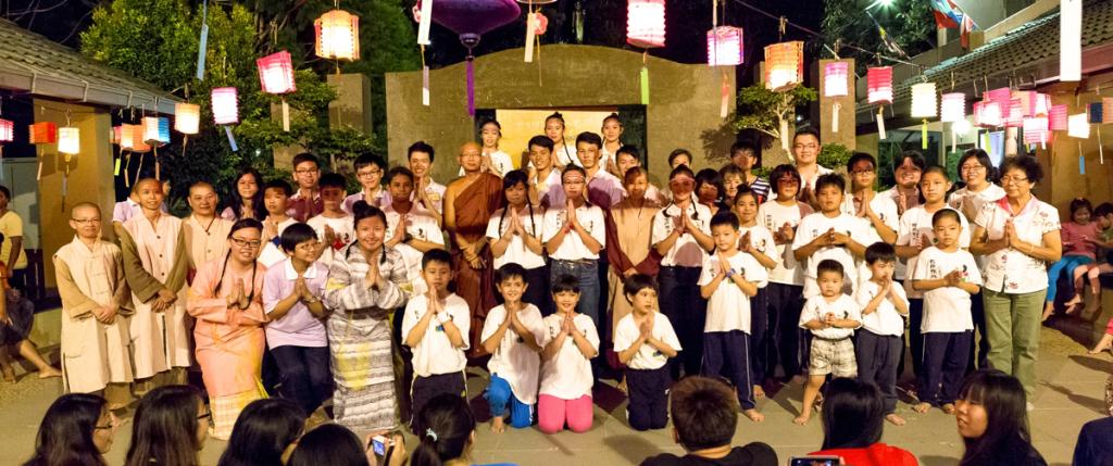 20140913晚會結束前,所有兒童班孩子青少們及僧眾合影。[此相片由陳潮龍攝]