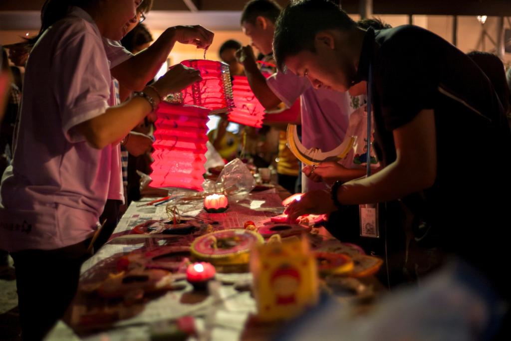 20140913一群沙大生們在演出結束後,就去把蠟燭放進燈籠裏給大家提遊園。[此相片由陳潮龍攝]