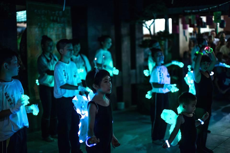 20140913可愛的兒童們呈獻「螢火蟲」歌舞。[此相片由李涵威醫生攝]