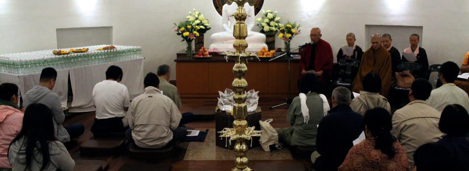 20150418 是晚,寂靜禪林監院平長老帶領大眾於stupa裏,以巴利文誦24緣。