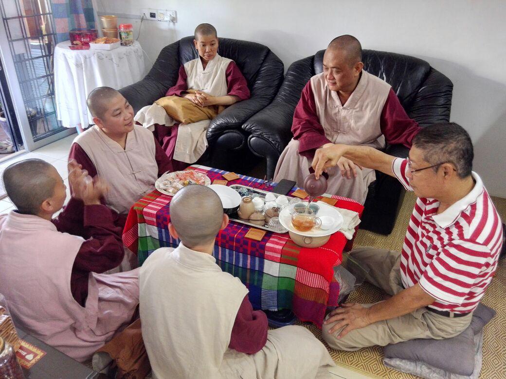 淨恆泡茶招待僧眾。