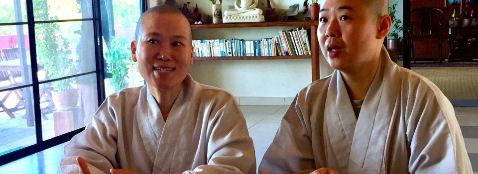 (左一)真鏡長老尼,韓國Buddha Forest道場住持 (右一)慧月比丘尼,道地的馬來西亞人,於韓國住了幾年,就說的一口流利的韓語,好棒!今天也為兩位禪是做韓中翻譯,sādhu!