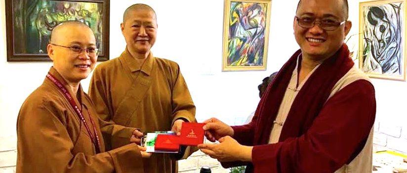 20171221 開印法師贈送九宮格普洱茶及佛法開示光碟給予佛光山